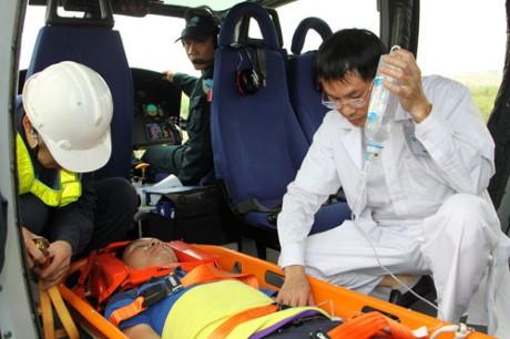 Cứu bệnh nhân sốc phản vệ cách mặt đất… 10 km