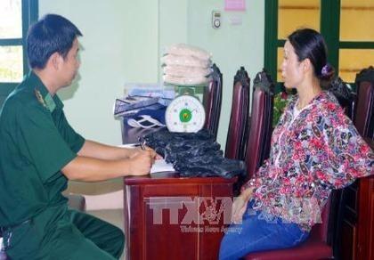 Bắt một phụ nữ vận chuyển 4 kg ma túy đá