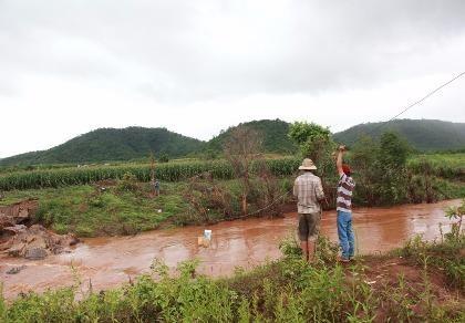 Cầu bị cuốn trôi, xã dùng dây cáp tiếp tế lương thực cho dân