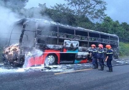 Xe giường nằm bốc cháy dữ dội, hành khách hoảng loạn chạy thoát thân