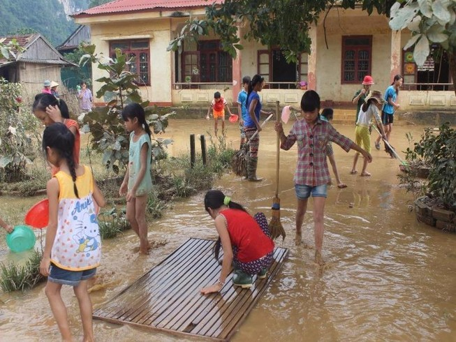 Giáo viên học sinh vùng lũ Quảng Bình hối hả dọn trường