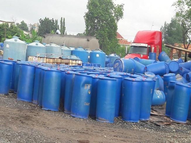 Phát hiện cơ sở buôn bán gần 800 thùng acid