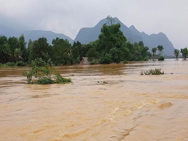 Quảng Bình: Lũ lớn hàng ngàn hộ dân ngập nặng