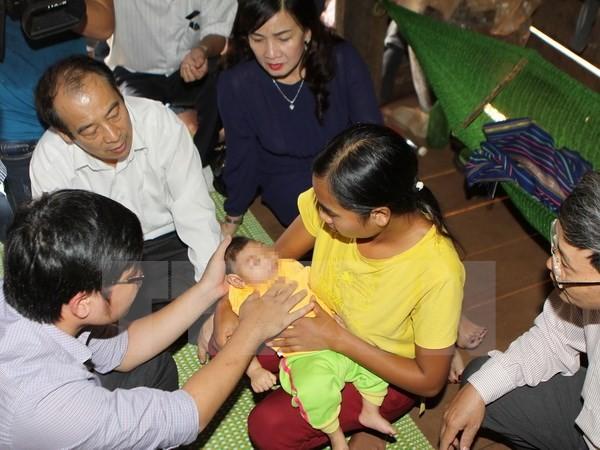Lấy mẫu xét nghiệm lần 3 cho bé gái đầu nhỏ ở Đắk Lắk