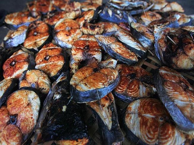Vùng biển nướng cá thu phục vụ khách làm quà