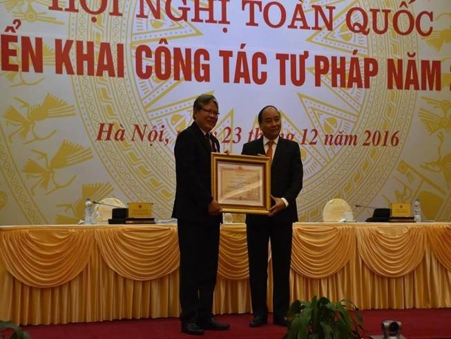 Cựu Bộ trưởng Hà Hùng Cường nhận huân chương Độc lập