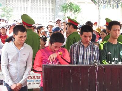 Cha mẹ khóc ngất khi nghe con bị tuyên án tử hình
