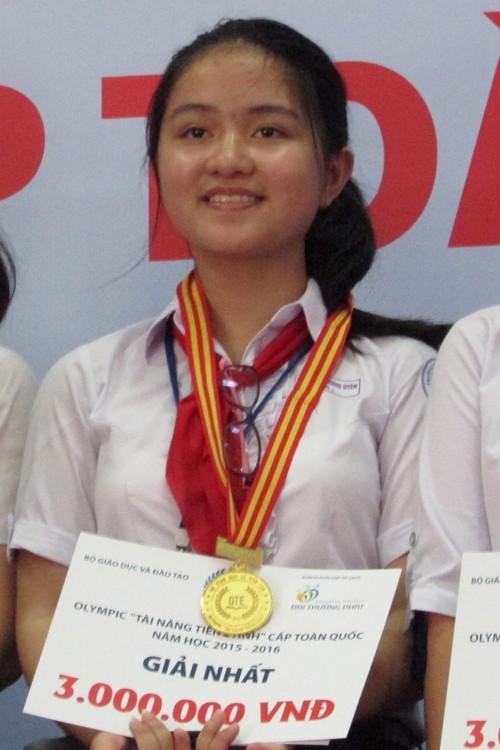 Nét đẹp giản dị của nữ sinh đạt giải nhất tài năng tiếng Anh