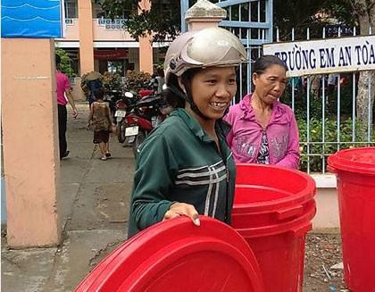 Tặng 100 thùng chứa nước cho người dân vùng hạn mặn Đồng Tháp