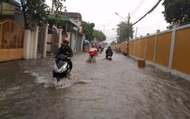 Mưa lớn, nhiều đường ở Cần Thơ lại thành sông