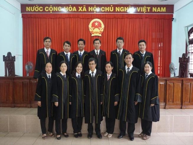 Cần Thơ: Các thẩm phán mặc áo choàng khi xét xử