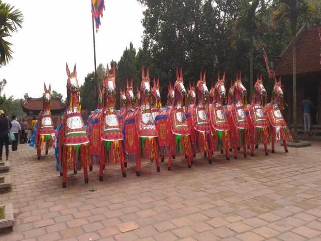 Ngắm đàn ngựa giấy  tuyệt đẹp ở đền thờ Nguyễn Trãi