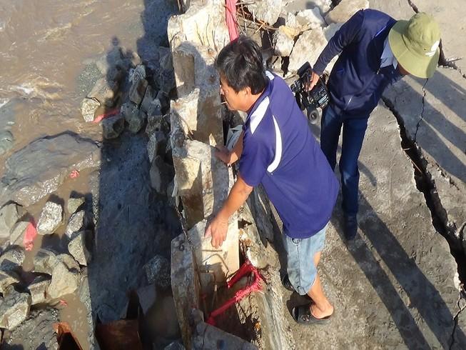Một góc đoạn kè bị sóng đánh ở Gành Hào.