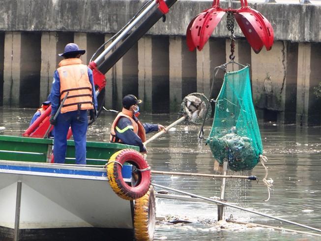Cấp không khí ngăn cá chết ở kênh Nhiêu Lộc - Thị Nghè