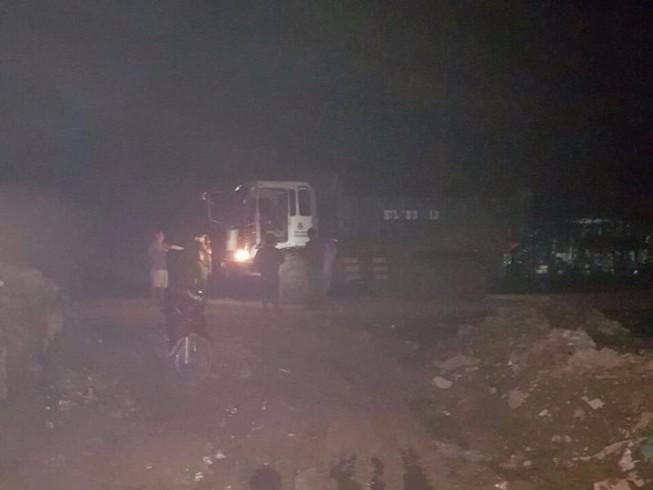 Cảnh sát môi trường bắt nhiều xe đổ bùn thải trong đêm