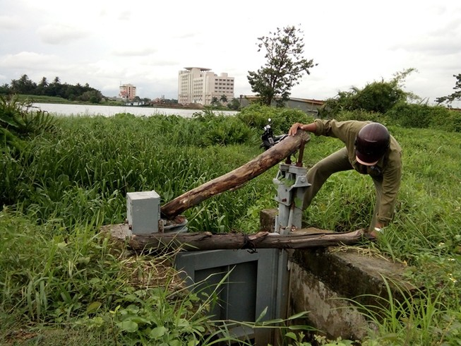 Nước lên cao, phải canh chừng cống ngăn triều ở Sài Gòn