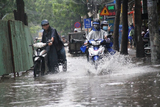 Mưa lớn, đường Sài Gòn lại ngập
