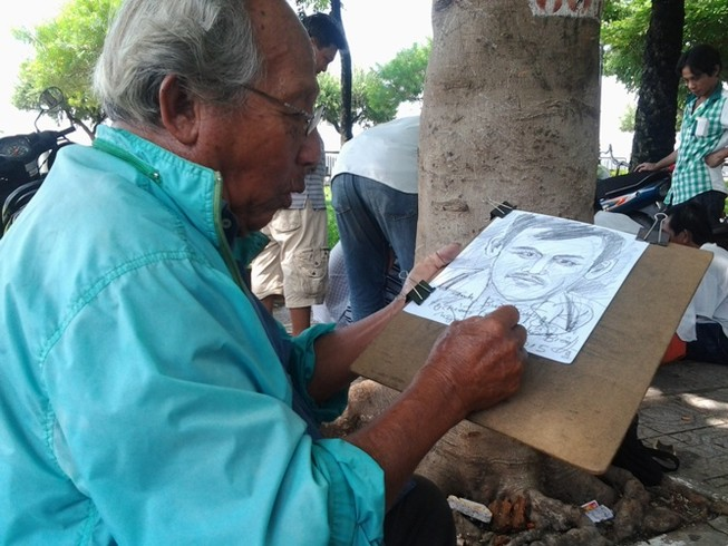 Người họa sĩ già 55 năm ngồi vẽ nét thời gian