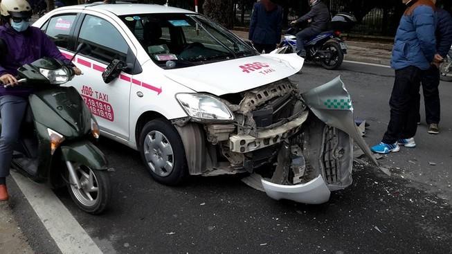 Hai taixi bẹp đầu sau cú tông nhau trên đường