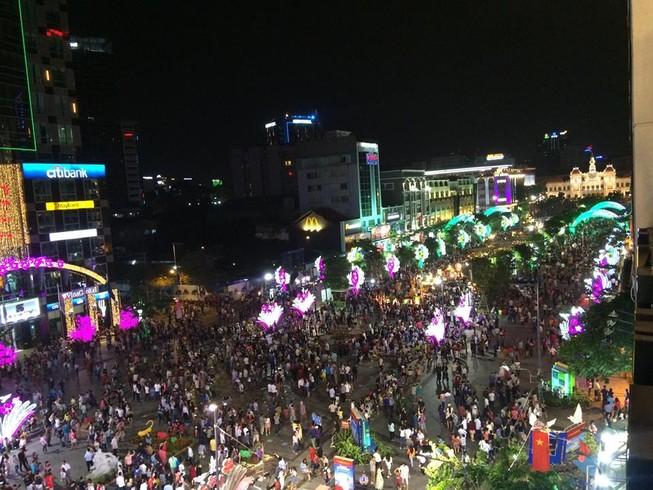 Hàng ngàn người đổ về phố đi bộ đón giao thừa