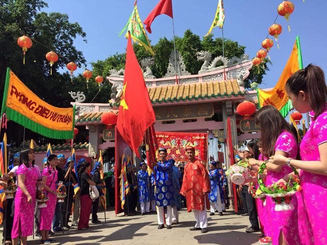 Hàng ngàn người dân dự hội chùa Ông Cù Lao Phố