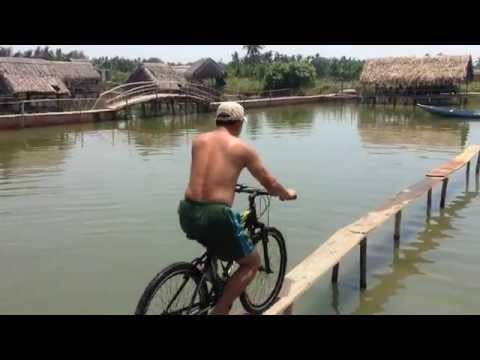 Bá đạo với màn qua cầu khỉ bằng... xe đạp