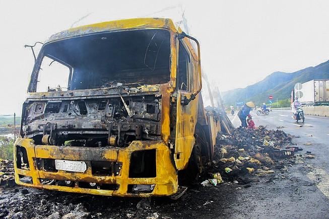 Chiếc xe tải cùng hơn 2.000 thùng mì tôm bị cháy rụi trong đêm