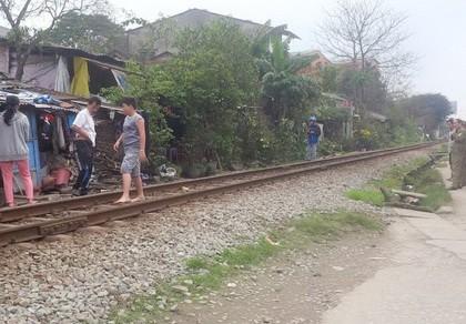 Băng qua đường sắt, cụ bà 72 tuổi tử nạn