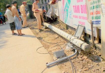 Xe ben liên tiếp 'đạp đổ' sáu cột điện