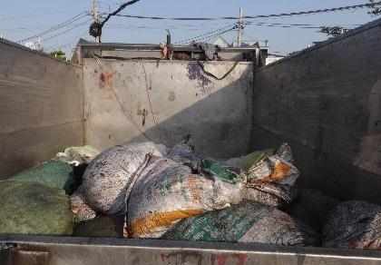 Bắt xe từ trung tâm giết mổ đổ rác 'chui'