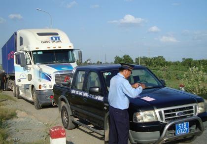 Truy kích quyết liệt xe quá tải trên vành đai Đông