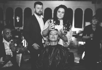 Cô dâu cạo đầu trong ngày cưới để động viên chồng ung thư
