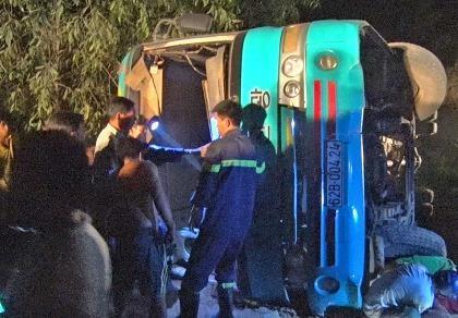 Lật xe đưa rước công nhân, 19 người thương vong