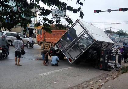 Tai nạn liên hoàn, xe ngã đè lên nhau trên quốc lộ 51