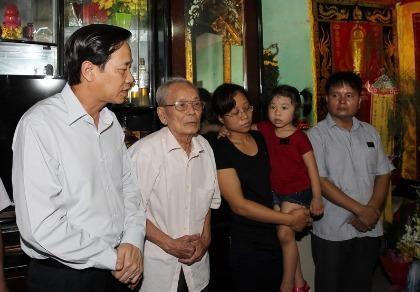 Bộ trưởng Bộ LĐ-TB&XH thăm nhà Đại tá phi công Trần Quang Khải