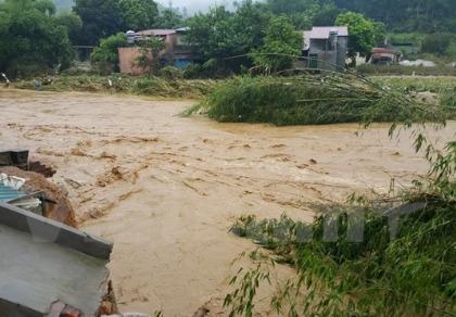 Lũ cuồn cuộn đổ về sông Hồng, ít nhất 10 người bị cuốn trôi