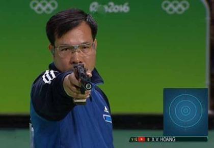 Hoàng Xuân Vinh thi đấu vòng loại 50 m súng ngắn nam