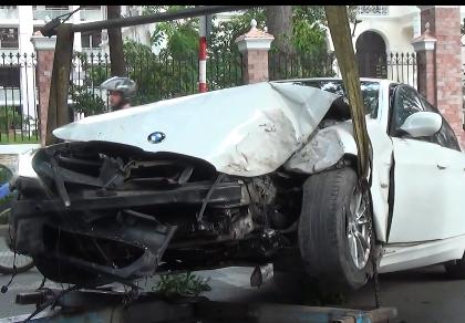 BMW nát đầu vì lao vào gốc cây