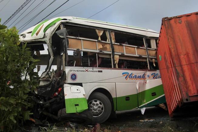 Xe khách va chạm container, 17 người thương vong