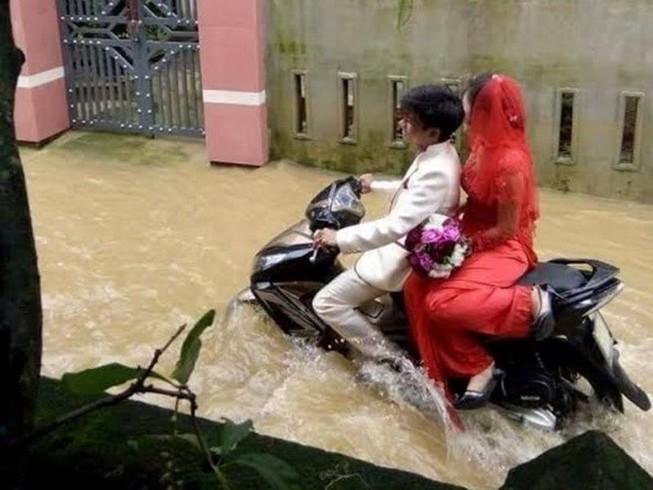 Thấy gì từ đám cưới chạy lũ ở Quảng Bình đang gây sốt