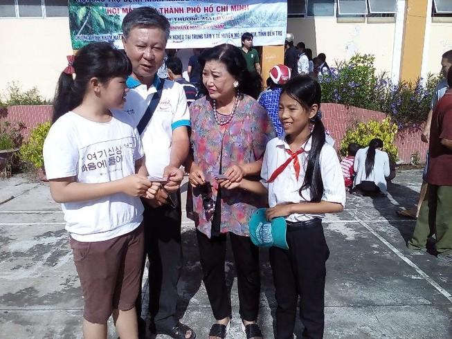 NSND Kim Cương tham gia đo mắt cho giáo viên khó khăn