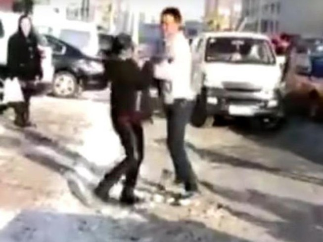 Con trai đánh bố mẹ ngay trên phố vì mua nhà 'quá nhỏ'