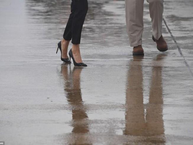 Đi giày cao gót đến vùng lũ, bà Trump gây bão dư luận