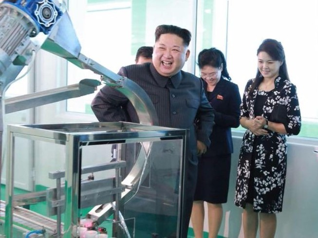 Ông Kim Jong-un tái xuất, cùng vợ thăm xưởng mỹ phẩm