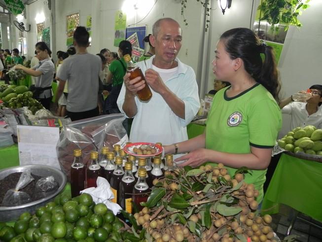 Biểu diễn nghệ thuật đường phố tại hội chợ hàng Việt
