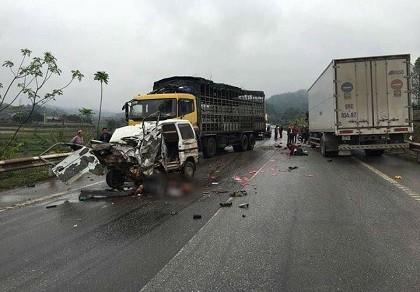 Ô tô tông trực diện xe tải, hai người bị thương nặng