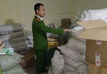 Thu giữ hơn 2,5 tấn phụ gia làm bim bim không rõ nguồn gốc