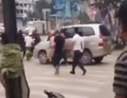 Người dân đập vỡ kính, đánh tài xế vì bỏ chạy khi CSGT yêu cầu dừng xe