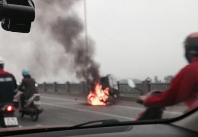 Xe máy bất ngờ bốc cháy ngùn ngụt trên đường