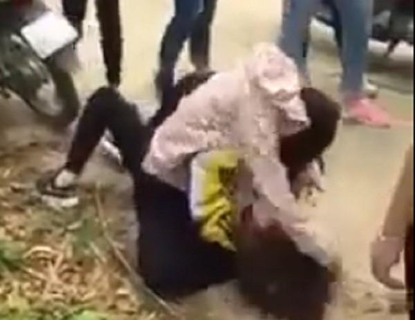 Nữ sinh bị đánh hội đồng dã man